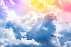 Zonneschijn de blauwe hemel met wolken onscherpe achtergrond Het gebruiken van behang of achtergrond voor natuurlijke aard, en he stock foto