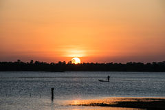 Zonneschijn in de rivier, zonsondergangachtergrond Stock Foto