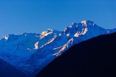 Zonneschijn op de sneeuwberg Stock Afbeelding