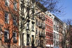 Zonneschijn op een kleurrijk blok van gebouwen in de Stad van New York Stock Afbeelding