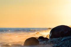 Zonneschijn op kust Stock Foto's