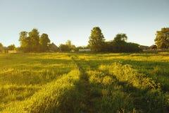 Zonneschijn op schilderachtige ingang aan dorp royalty-vrije stock fotografie