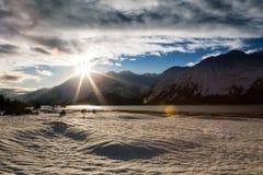 Zonneschijn op sneeuw behandeld strand. stock afbeelding