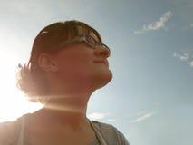Zonneschijninspiratie en voortaan het kijken vooruit De zon glanst Th stock afbeeldingen