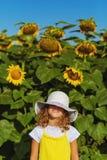 Zonneschijnmeisje met zonnebloemen royalty-vrije stock foto's