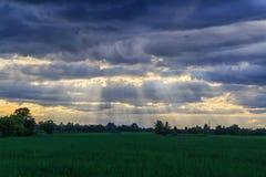 Zonnestraal achter de wolk royalty-vrije stock foto's
