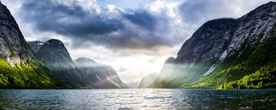Zonnestraal bij een fjord stock afbeeldingen
