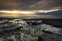 Zonnestraal bij kust van Nieuw Plymouth, Nieuw Zeeland stock fotografie