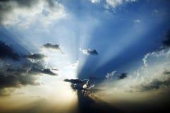 Zonnestraal in blauwe hemel royalty-vrije stock afbeelding