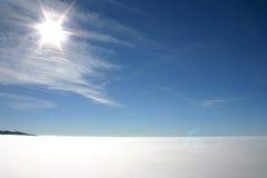 Zonnestraal boven de mist Royalty-vrije Stock Afbeelding