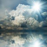 Zonnestraal in de Donkerblauwe Wolken Royalty-vrije Stock Foto