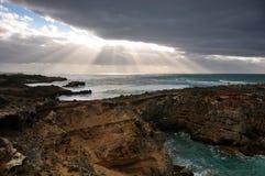 Zonnestraal die donkere wolk breken bij kust Royalty-vrije Stock Afbeeldingen