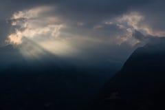 Zonnestraal in donkere hemel stock afbeeldingen