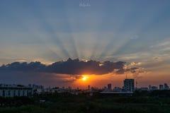 Zonnestraal door de dramatische wolk tijdens zonsondergangtijd, stock afbeelding