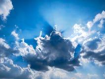 Zonnestraal door de nevel op blauwe hemel royalty-vrije stock fotografie