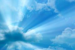 Zonnestraal door de nevel op blauwe hemel stock afbeeldingen