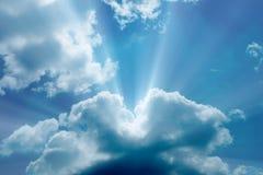Zonnestraal door de nevel op blauwe hemel stock afbeelding