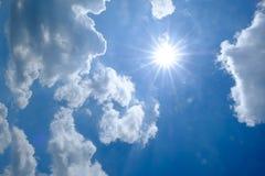Zonnestraal door de nevel op blauwe hemel royalty-vrije stock afbeelding