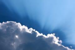 Zonnestraal door de nevel op blauwe hemel stock foto's