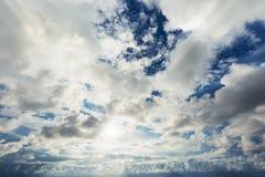 Zonnestraal door de nevel op blauwe hemel: kan als achtergrond worden gebruikt Royalty-vrije Stock Afbeeldingen