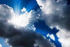 Zonnestraal door de nevel op blauwe hemel: kan als achtergrond worden gebruikt Royalty-vrije Stock Foto