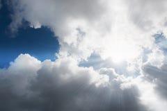 Zonnestraal door de nevel op blauwe hemel: kan als achtergrond worden gebruikt stock afbeeldingen