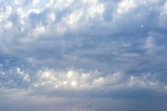 Zonnestraal door de nevel op blauwe hemel: kan als achtergrond worden gebruikt en dramatisch kijk, stock fotografie