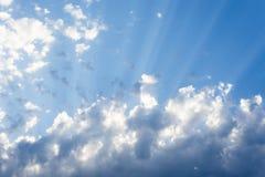 Zonnestraal door de nevel op blauwe hemel: kan als achtergrond worden gebruikt en dramatisch kijk, royalty-vrije stock afbeelding
