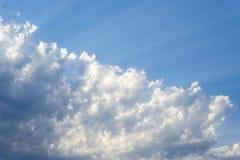 Zonnestraal door de nevel op blauwe hemel: kan als achtergrond worden gebruikt en dramatisch kijk, royalty-vrije stock foto's