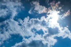 Zonnestraal door de nevel op blauwe hemel, wolken met zonstralen stock fotografie