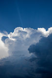 Zonnestraal door onweersbui - cumulonimbus wolken stock foto