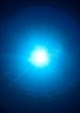 Zonnestraal en bellen op de oceaanoppervlakte stock afbeeldingen