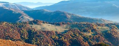 Zonnestraal en de herfst nevelig bergpanorama royalty-vrije stock afbeeldingen