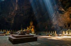 Zonnestraal in het hol van Boedha, Tham Khao Luang dichtbij Phetchaburi, Thailan stock fotografie