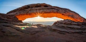 Zonnestraal in Mesa Arch stock fotografie