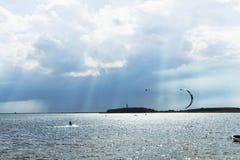 Zonnestraal met kitesurfer Stock Afbeeldingen