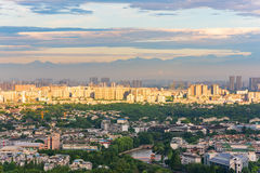 Zonnestraal op Chengdu-stad met bergen op de achtergrond royalty-vrije stock afbeelding