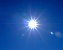 Zonnestraal op de blauwe hemel stock foto's