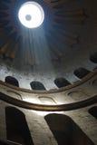 Zonnestraal op kerkmuren stock afbeelding