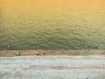 Zonnestraal op rivier stock fotografie