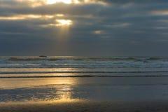 Zonnestraal op strand royalty-vrije stock foto's