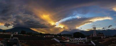 Zonnestraal over Antigua Guatemala, bewolkte hemel royalty-vrije stock fotografie