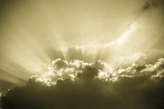 Zonnestraal - uitstekende hemelachtergrond royalty-vrije stock foto's