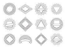 Zonnestraaletiketten Retro emblemen van zonstralen Uitstekend heraldisch zonsopgangembleem met lijnenkader De zon barstte vectore vector illustratie