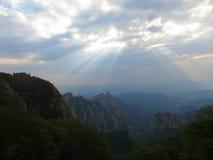 Zonnestralen; грейте на солнце лучи над старым пиком, Хэбэем, Китаем стоковое фото rf