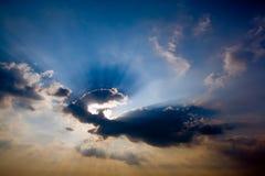 Zonnestralen bij dageraad Royalty-vrije Stock Afbeeldingen