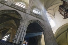 Zonnestralen binnen een kathedraal Stock Afbeeldingen
