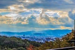 Zonnestralen die door de wolken over de stad van Kyoto, Japa glanzen royalty-vrije stock afbeeldingen