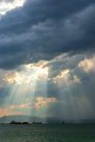 Zonnestralen die door wolken breken Royalty-vrije Stock Afbeelding