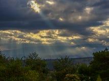 Zonnestralen die hun licht over de vallei gieten stock afbeelding